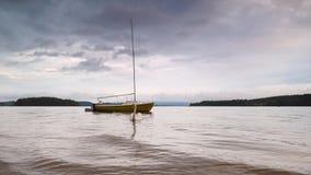 Zakotwiczająca żeglowanie łódź na ciemnym wieczór Lipno jeziorze ?ab?dzi p?ywanie zbiory