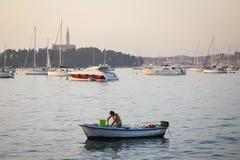 Zakotwiczająca motorowa łódź w Adriatyckim morzu Zdjęcie Royalty Free