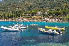 Zakotwiczający motorboats wewnątrz nawadniają Tyrrhenian morze, Sant Andreas Zdjęcie Royalty Free
