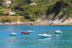 Zakotwiczający motorboats wewnątrz nawadniają Tyrrhenian morze, Sant Andreas Fotografia Stock