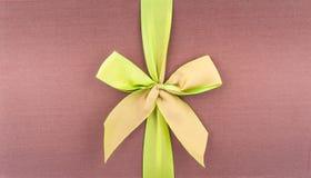 Zakrywa prezenta pudełko z zielonym łękiem fotografia stock