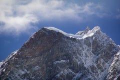 zakrywający halnego szczytu śnieg obraz stock