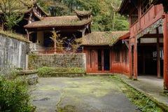 Zakrywający jard antyczni Chińscy budynki na zboczu góry Obrazy Stock