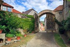 Zakrywający kraju podwórze Weissenkirchen w dera Wachau, Niski Austria zdjęcia stock