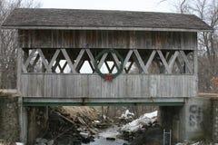 Zakrywający most nad zamarzniętą zatoczką fotografia royalty free