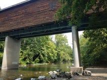 Zakrywający most z wodą below Obrazy Royalty Free