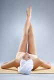 zakrywający nóg seksowni ręcznikowi kobiety potomstwa zdjęcia stock