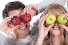 Zakrywający ona oczy z jabłkami Obrazy Stock