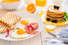 Zakrywający stół z śniadaniem Obrazy Royalty Free