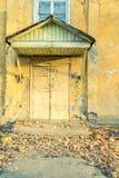 Zakrywający wejście opustoszały dom Zdjęcia Royalty Free