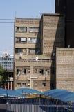 Zakrywający parking pod budynkiem mieszkaniowym w Johannesburg zdjęcia stock