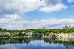 Zakrzowek湖在伟大的天空下 免版税库存照片