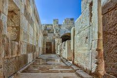 Zakulisowy antykwarski amphitheatre pod jasnymi niebieskimi niebami fotografia royalty free