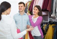 Zakupów klienci i konsultant obraz royalty free