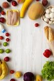 Zakupów sklepów spożywczych pojęcie Rama różnorodny zdrowy jedzenie na białym drewnianym stole Kulinarny karmowy tło Świeże owoc, obraz stock