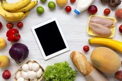Zakupów sklepów spożywczych pojęcie Skład różnorodny zdrowy jedzenie z pastylką na białym drewnianym stole Kulinarny karmowy tło  obrazy stock