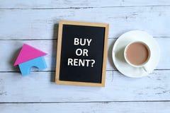 Zakupu lub czynszu pytania na blackboard zdjęcie stock