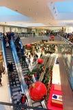 Zakupy centrum handlowego czasu Bożenarodzeniowy sezon Zdjęcia Stock
