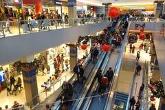 Zakupy centrum handlowego czasu sezonu Bożenarodzeniowi klienci Zdjęcia Stock