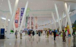 Zakupy centrum handlowego wnętrza Zdjęcia Royalty Free