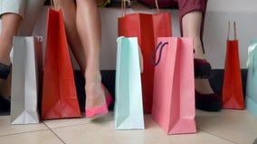 Zakupy dzień, stopa mod dziewczyny z wiele barwionymi zakupami zdojest w sezonie rabaty i sprzedaże zdjęcie wideo