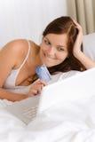 zakupy karciana kredytowa domowa online kobieta Fotografia Stock