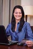 zakupy karciana kredytowa online kobieta Fotografia Stock