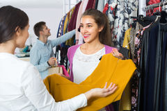 Zakupy klient i konsultant fotografia stock