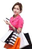 Zakupy kobiet mienia azjatykci szczęśliwi uśmiechnięci torba na zakupy kredytową kartą odizolowywającą na białym tle Obraz Stock