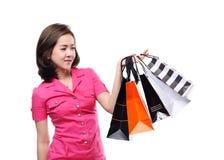 Zakupy kobiet mienia azjatykci szczęśliwi uśmiechnięci torba na zakupy kredytową kartą odizolowywającą na białym tle Obraz Royalty Free