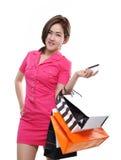 Zakupy kobiet mienia azjatykci szczęśliwi uśmiechnięci torba na zakupy kredytową kartą odizolowywającą na białym tle Fotografia Stock