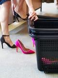 Zakupy kobiet szpilki - trafny pokój obraz stock