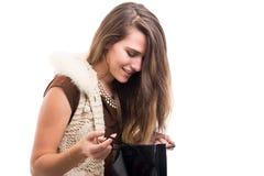 Zakupy kobieta trzyma papierową torbę Zdjęcie Royalty Free