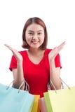 Zakupy kobieta uśmiecha się radosnych i szczęśliwych mień torba na zakupy po fotografia stock