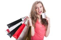 Zakupy kobiety główkowanie podczas gdy trzymający kartę Obrazy Royalty Free