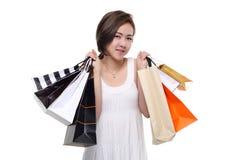 Zakupy kobiety mienia azjatykci szczęśliwi uśmiechnięci torba na zakupy odizolowywający na białym tle Obrazy Royalty Free