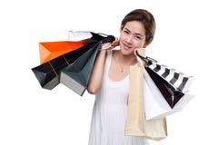 Zakupy kobiety mienia azjatykci szczęśliwi uśmiechnięci torba na zakupy odizolowywający na białym tle Zdjęcie Royalty Free
