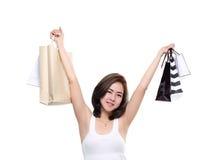 Zakupy kobiety mienia azjatykci szczęśliwi uśmiechnięci torba na zakupy odizolowywający na białym tle Obraz Royalty Free