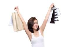 Zakupy kobiety mienia azjatykci szczęśliwi uśmiechnięci torba na zakupy odizolowywający na białym tle Zdjęcia Stock