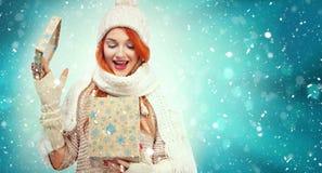 Zakupy kobiety mienia prezenta pudełko na zimy tle z śniegiem w czarnych wakacjach, Piątku bożych narodzeń i nowego roku, sprzeda Obrazy Stock
