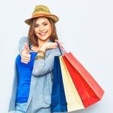 Zakupy kobiety mienia toreb przedstawienia kciuk up Zdjęcie Stock