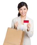 Zakupy kobiety szczęśliwego wp8lywy kredytowa karta i torba na zakupy Fotografia Royalty Free