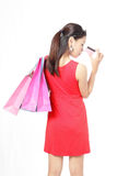 Zakupy kobiety szczęśliwego wp8lywy kredytowa karta Obraz Royalty Free
