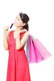 Zakupy kobiety szczęśliwego wp8lywy kredytowa karta i torba Zdjęcie Stock