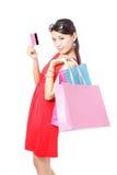 Zakupy kobiety szczęśliwego wp8lywy kredytowa karta i zakupy Obrazy Royalty Free