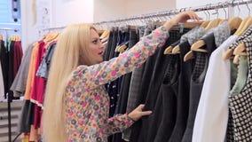 Zakupy Młodej blondynki kobiety chosing clother zbiory wideo