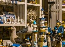 Zakupy okno plażowy pamiątkarski sklep, rzeźby latarnie morskie, seagulls i żeglarzi, fotografia stock