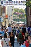 Zakupy ruchliwie głowna ulica Zdjęcia Royalty Free