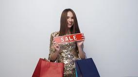 Zakupy sprzedaż Szczęśliwa kobieta Z torbami I rabat deska W rękach zbiory wideo