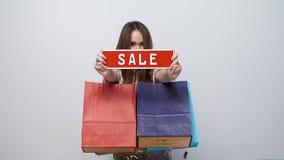 Zakupy sprzedaż Szczęśliwa kobieta Z torbami I rabat deska W rękach zdjęcie wideo